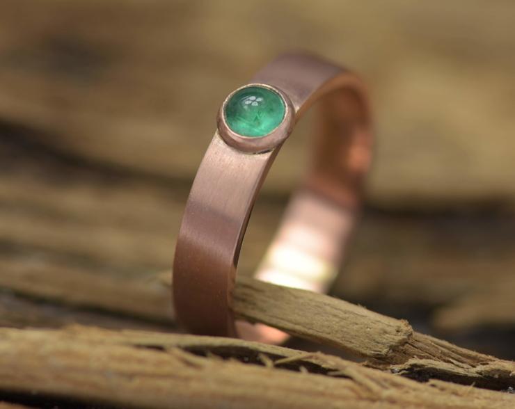 Roodgouden ring met smaragd, gerecycled goud, handgemaakt, heldergroene smaragd