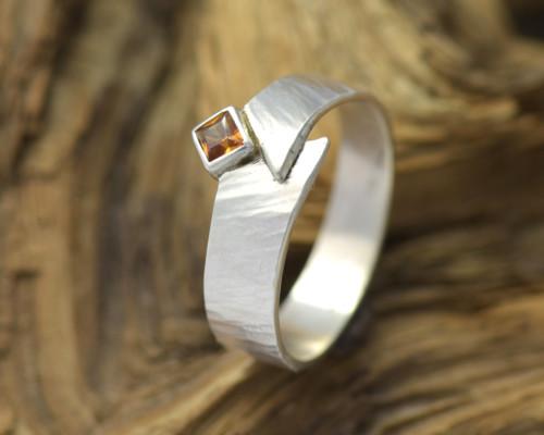 Ring van bewerkt zilver met oranje granaat, handgemaakt gehamerd zilver handgemaakt Timber LYAM