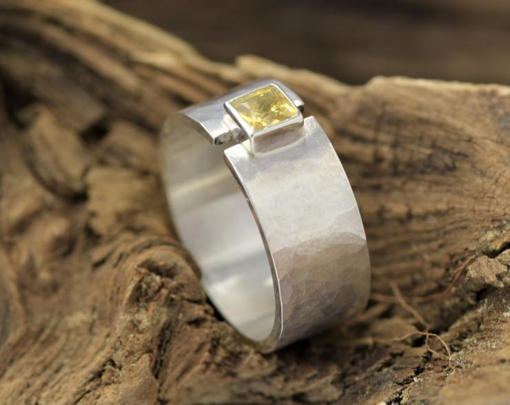 Brede zilveren ring met gele saffier gehamerd zilver vierkante edelsteen handgemaakt