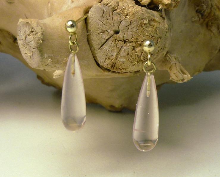 Oorbellen rozekwarts en goud oorstekers druppelvorm