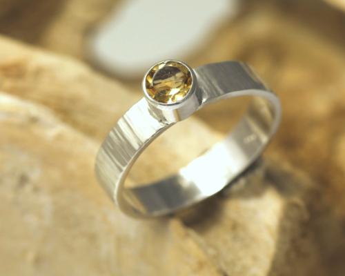Ring citrien en zilver, gehamerde zilveren ring, handgemaakt, gele edelsteen, zonnig
