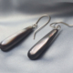 Oorbellen Zwarte parelmoer, druppelvormig aan zilveren haken, hangemaakt door edelsmid, kopen online