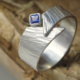 Ring zilver met blauwe saffier handgemaakt gehamerd Timber LYAM edelsmeden online kopen