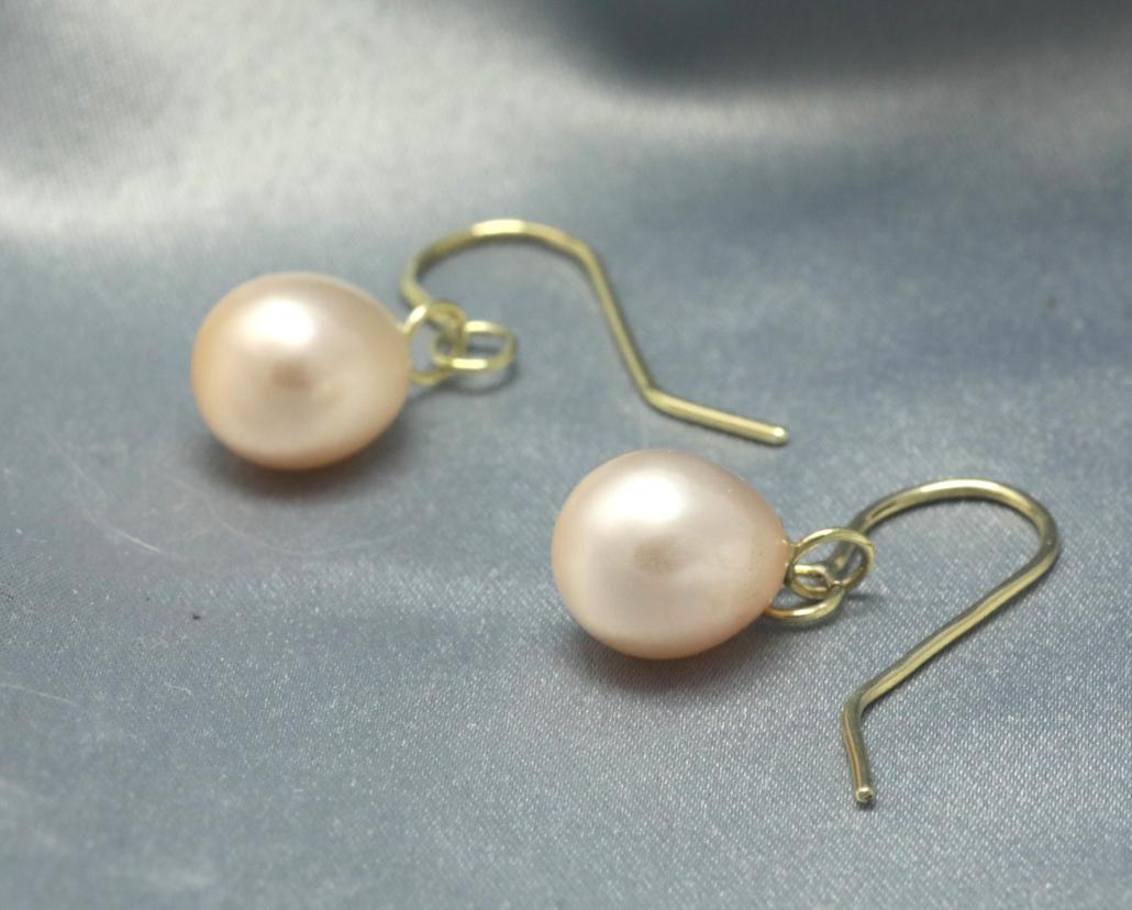 Oorbellen Parel en goud zoetwaterparel roze parel gouden oorbellen oorhaken handgemaakt