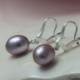 Oorbellen Parel en zilver, lila zoetwaterparel aan zilveren oorhanger handgemaakt edelsmid