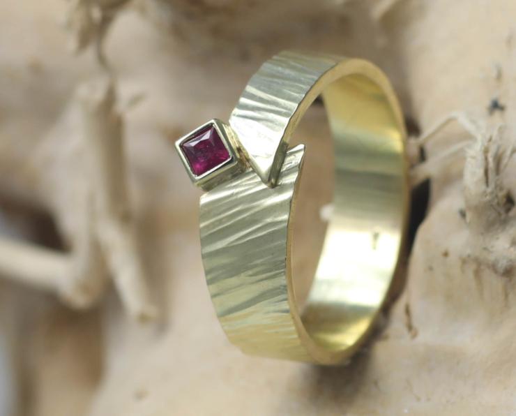 Ring Timber Robijn van gerecycled goud met vierkante robijn handgemaakt edelsmid online kopen