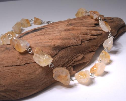 Ketting ruwe brokjes citrien met zilver: handgemaakt, gele edelsteen, citrienkristallen. Ontwerp van LYAM edelsmeden.