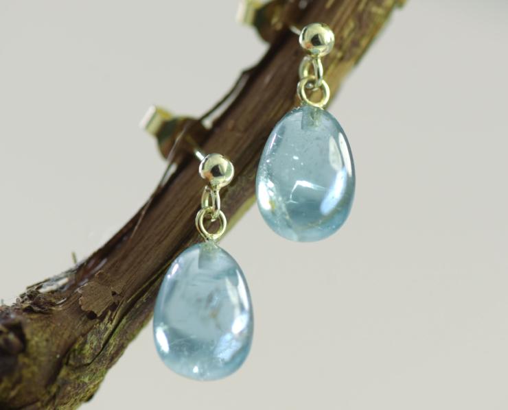 Oorbellen Aquamarijn Druppel blauwe aquamarijn en goud oorstekers oorbellen handgemaakt uniek