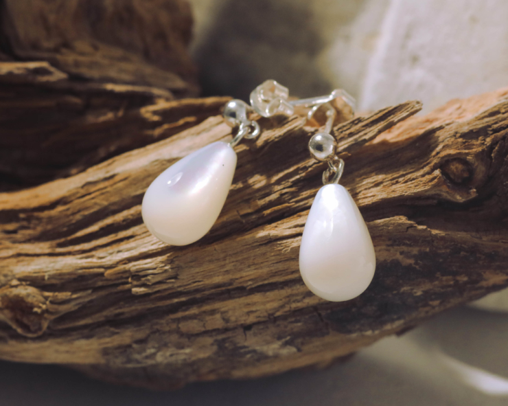 oorbellen oorstekers oorhangers witte parelmoer druppels druppelvormig zilver zilveren handgemaakt edelsmid edelsmeden LYAM