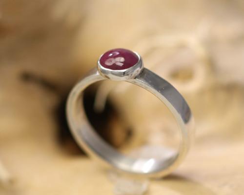 Ring zilver zilveren smal smalle met rode lilarode lila robijn handgemaakt edelsmid edelsmeden LYAM