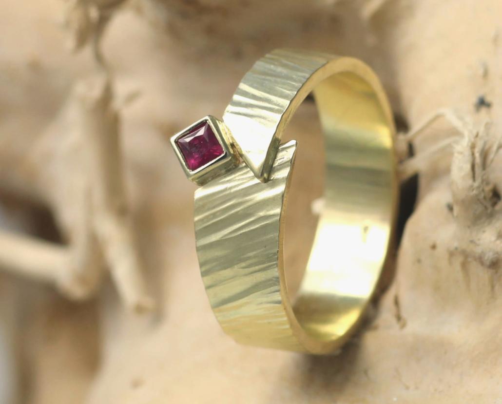 Ring robijn en gehamerd goud, handgemaakt door edelsmid edelsmeden online kopen uniek bijzondere vormgeving ontwerp