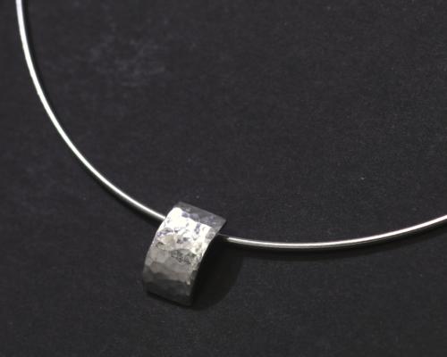 Hanger van gehamerd zilver met zilveren spang