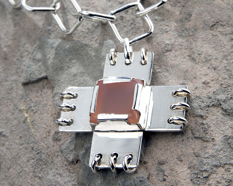 Handgemaakte ketting met agaat zilver zilveren oranje roze agaat kruis Crux LYAM edelsmeden