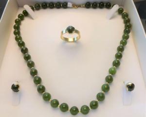 Sieradenset oorbellen, ketting en ring jade en goud, gemaakt in opdracht