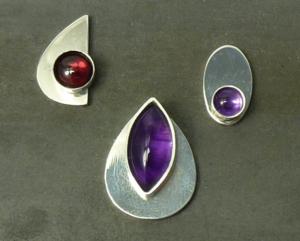 Voorstel hanger en oorbellen met edelstenen, in opdracht, montagefoto met losse onderdelen