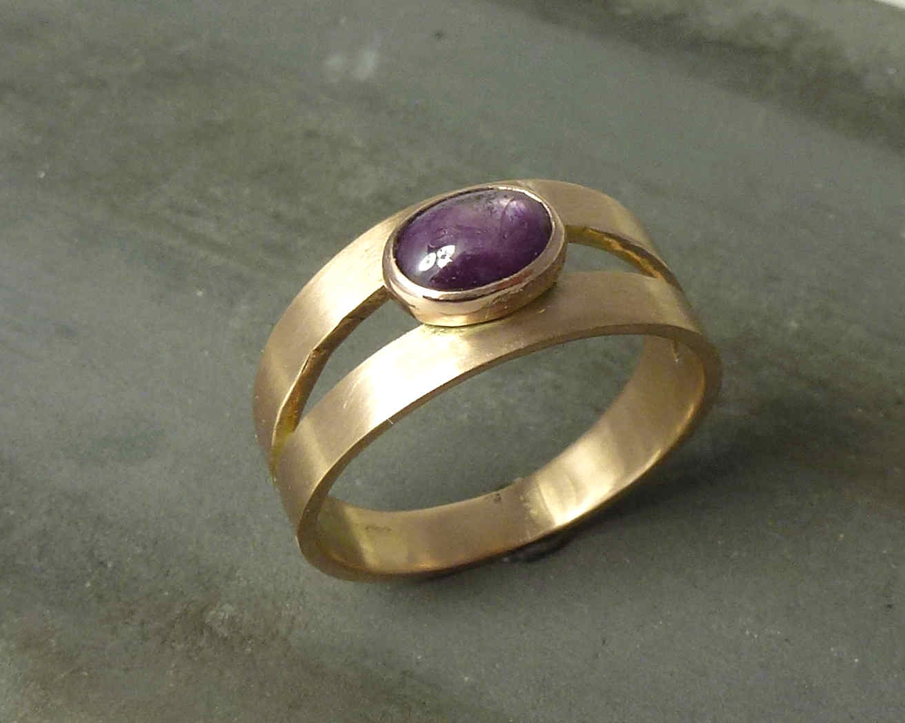 Ring Sterrobijn en roodgoud, in opdracht gemaakt van twee trouwringen