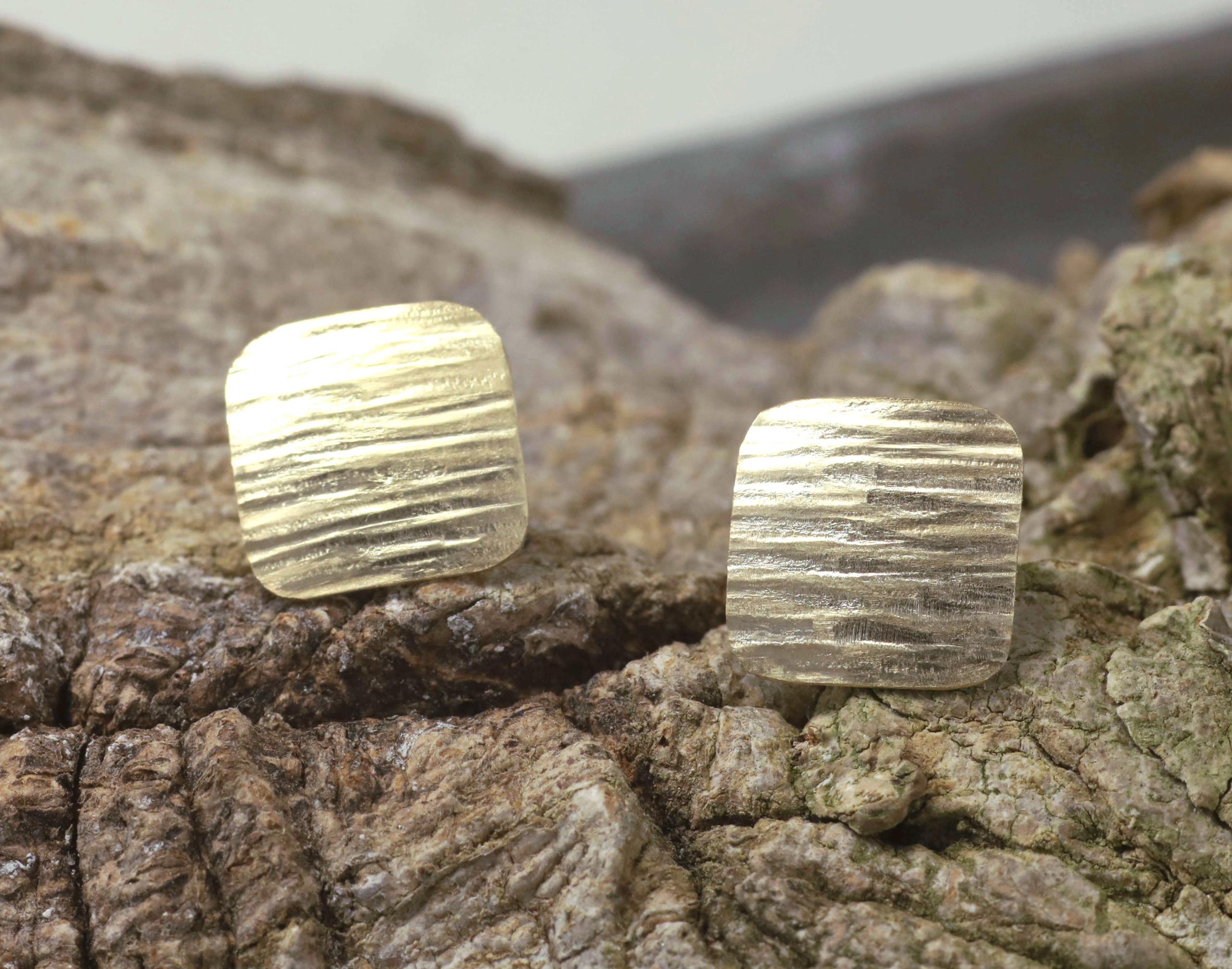 Oorbellen gereclycled goud geelgoud roségoud bewerkt gehamerd geruwd, kussenvormig oorstekers handgemaakt LYAM edelsmeden