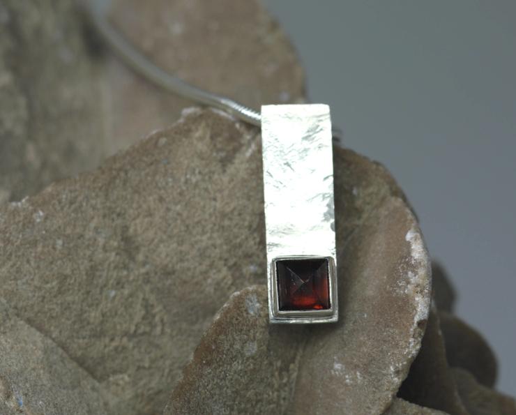 Hanger Granaat vierkant: strak design, granaat op gehamerd zilver, handgemaakt door LYAM edelsmeden