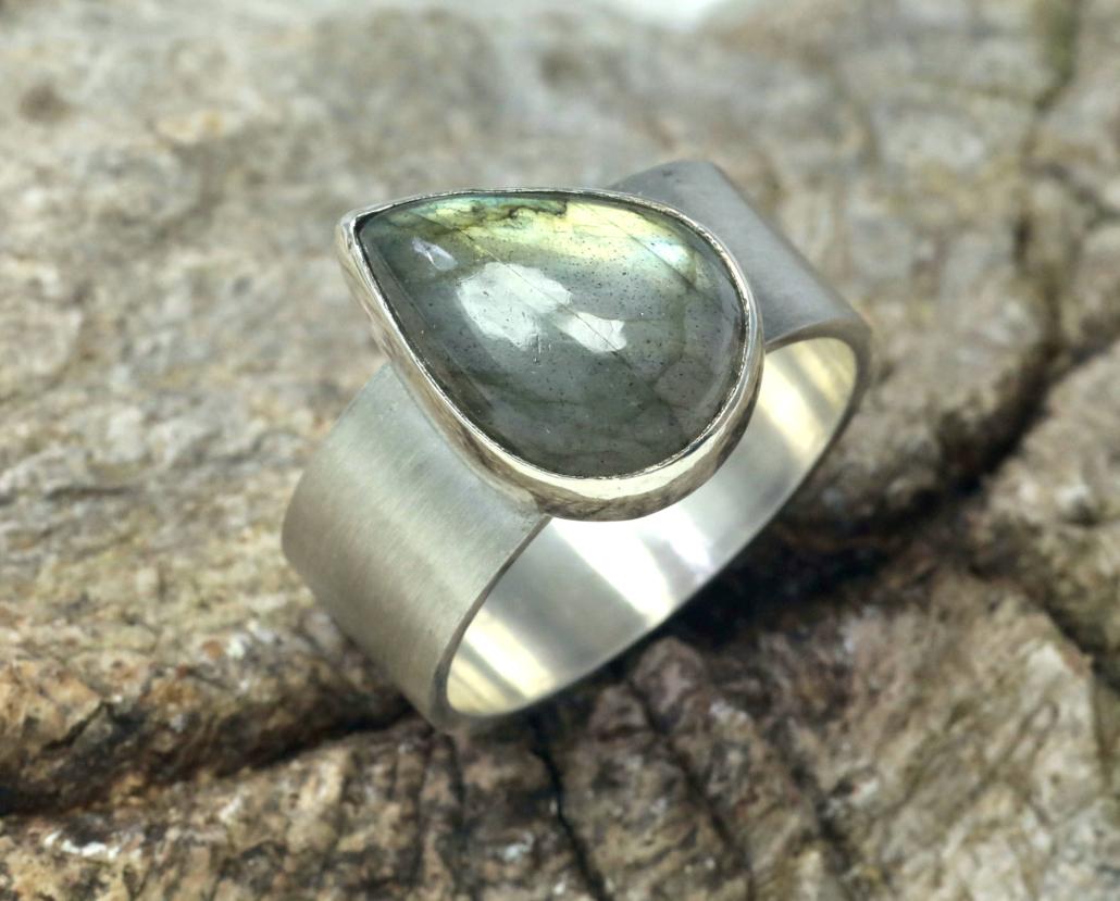 Ring gele labradoriet en zilver: druppelvormige labradoriet op brede zilveren ringband, handgemaakt