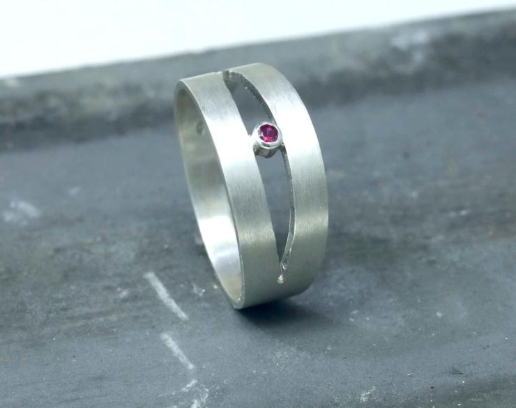 Ring rode robijn met mat zilver, Ring In Between: opengewerkte ring, handgemaakt door LYAM edelsmeden