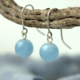 Zilveren oorhangers met ronde aquamarijn,en (10 mm diameter) oorbellen met blauwegroene blauwe aquamarijnen aan zilveren oorhaken. Handgemaakt door LYAM edelsmeden edelsmid Joure