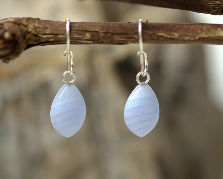 Zilveren oorhangers met chalcedoon: prachtig geslepen lavendelblauwe lichtblauwe chalcedoon aan zilveren oorhaken.