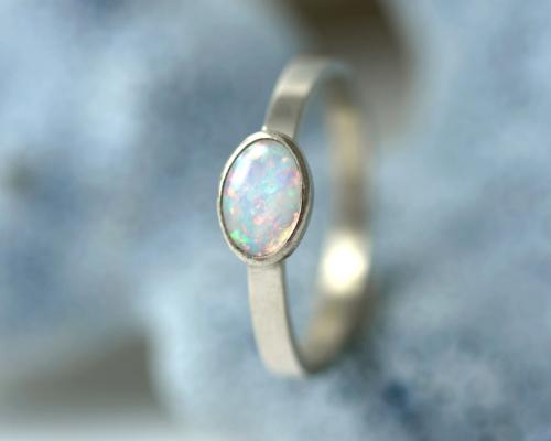 Witgouden ring met opaal: een opaaltje met prachtig lichtspel, gevat in een witgouden ring Handgemaakt en uniek.
