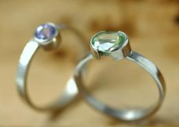 Ring peridoot mintgroen en saffier lila met witgoud, verfijnde witgouden ringen met edelsteen, Handgemaakt door LYAM edelsmeden