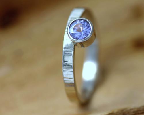 Witgouden ring met lila saffier: buitengewoon ontwerp, bijzonder ontwerp, lila edelsteen, paarse saffier, gehamerde ringband.